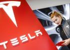 Una empleada de la compañía de coches eléctricos Tesla