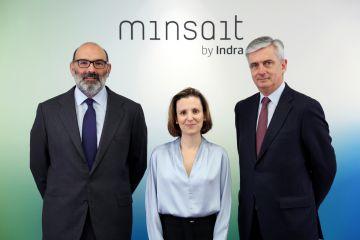 De izquierda a derecha, Fernando Abril-Martorell, Presidente de Indra; Cristina Ruiz, Directora General de Tecnologías de la Información de Indra y responsable de Minsait; y Javier de Andrés, Consejero Delegado de Indra