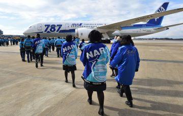 Empleados de la aerolínea All Nippon Airways frente al Dreamliner