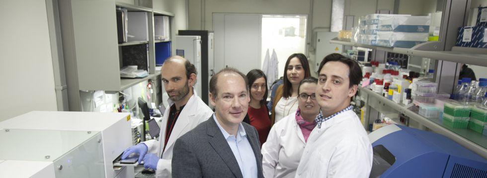 Investigadores de Lifelength en su laboratorio en Madrid. En primer plano (con traje), su consejero delegado, Stephen Matlin.