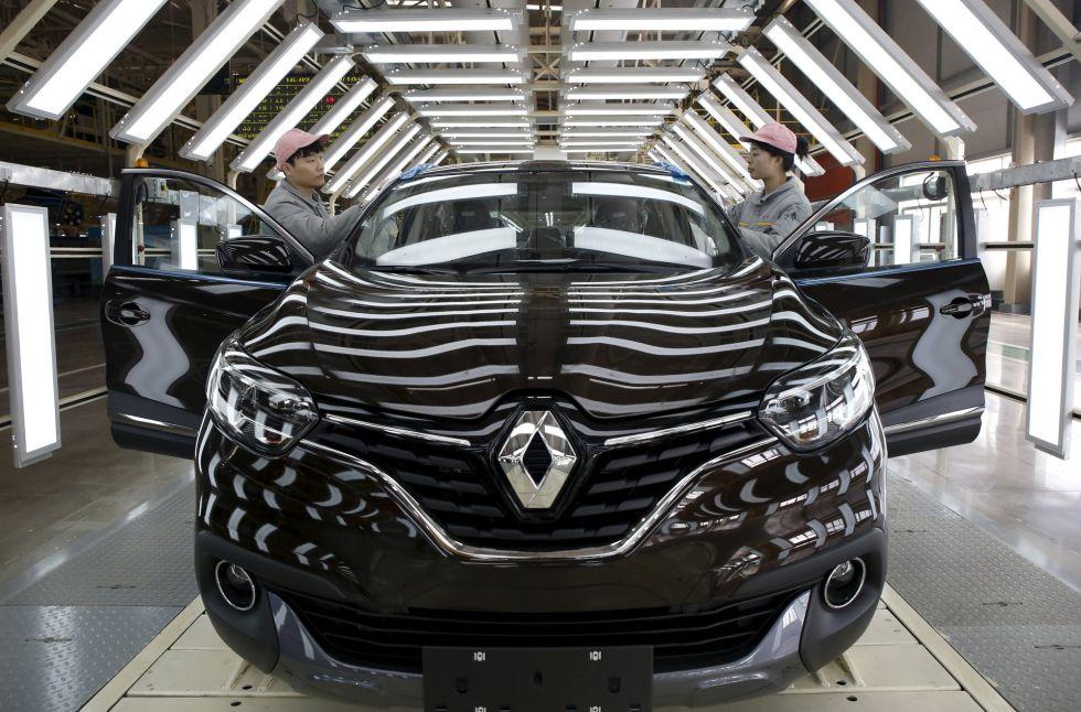 Dos trabajadores de Renault en la fábrica de la empresa francesa de Wuhan (China).