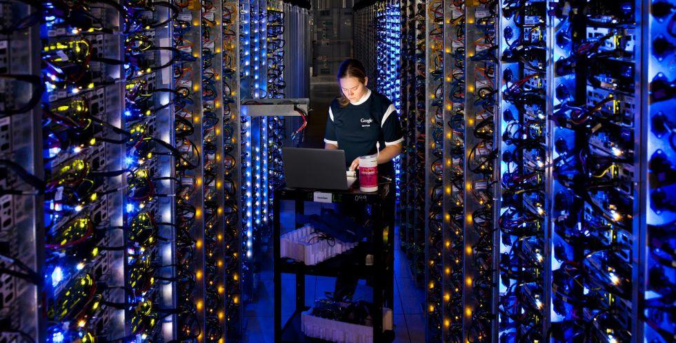 Una técnica de Google trabaja en el diagnóstico de un procesador sobrecalentado en el centro de datos en The Dalles, Oregon (Estados Unidos) .