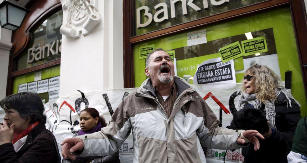 Protestas de activistas contra la salida a Bolsa de la entidad, en febrero de 2011.