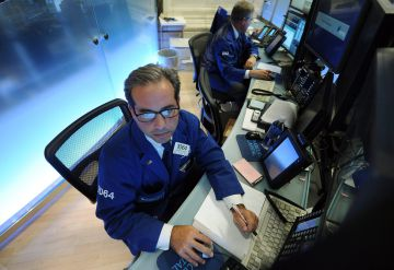 Un operador burátil procesa órdenes en el New York Stock Exchange
