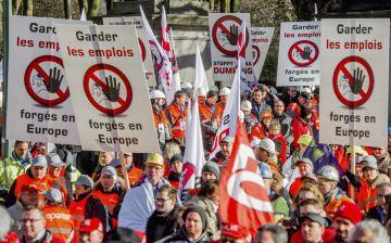 Miles de trabajadores europeos de la industria del acero protestan contra el 'dumping' chino en el sector.