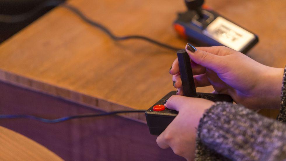 Una clienta juega con una consola en el Hotel Arcade de Ámsterdam.