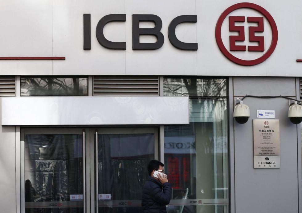 Un viandante pasa delante de una sucursal del ICBC en Pekín (China)