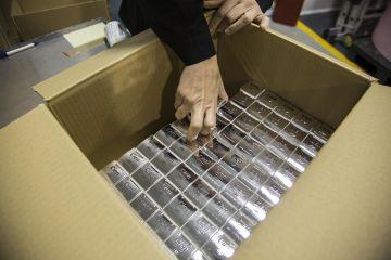 Embalaje de un surtido de cosméticos en la planta de Sanase.