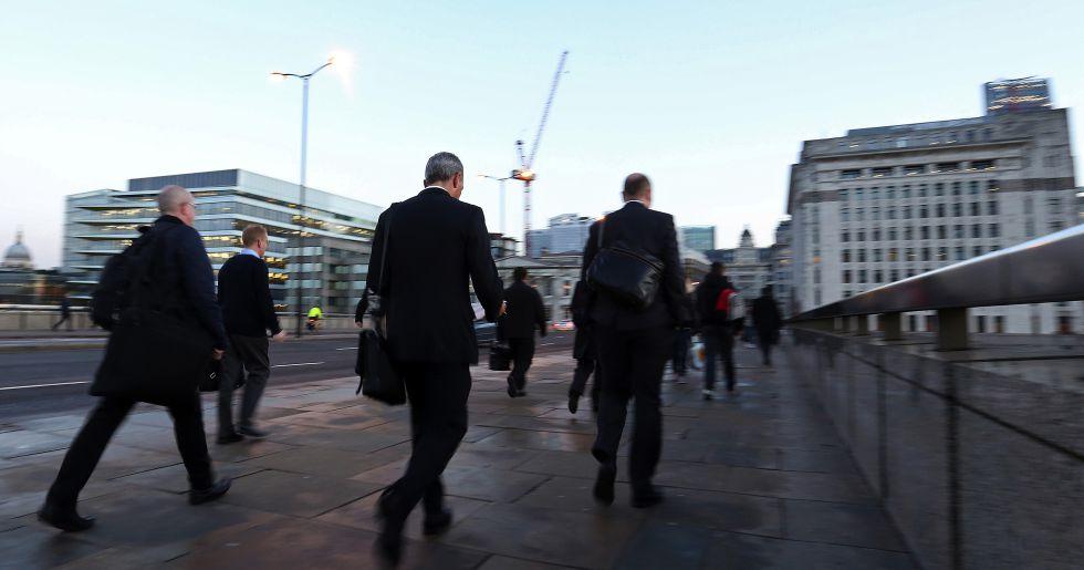 Trabajadores se dirigen a la City de Londres