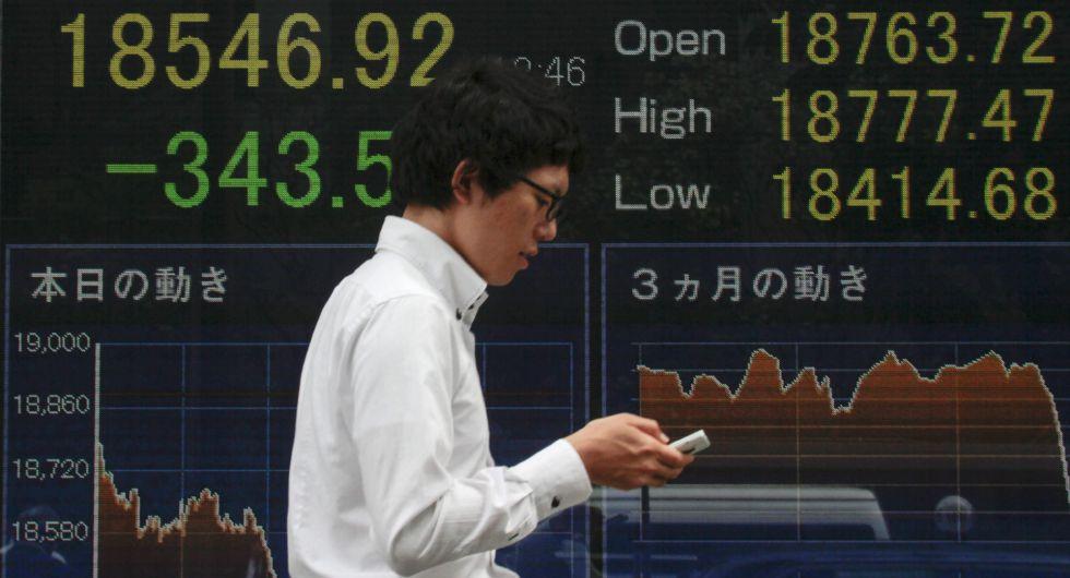Pantalla con información bursátil en Tokio (Japón)