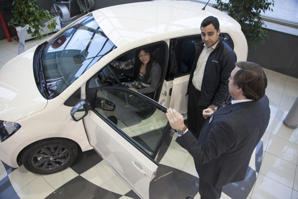 Una pareja negocia la compra de un coche en un concesionario