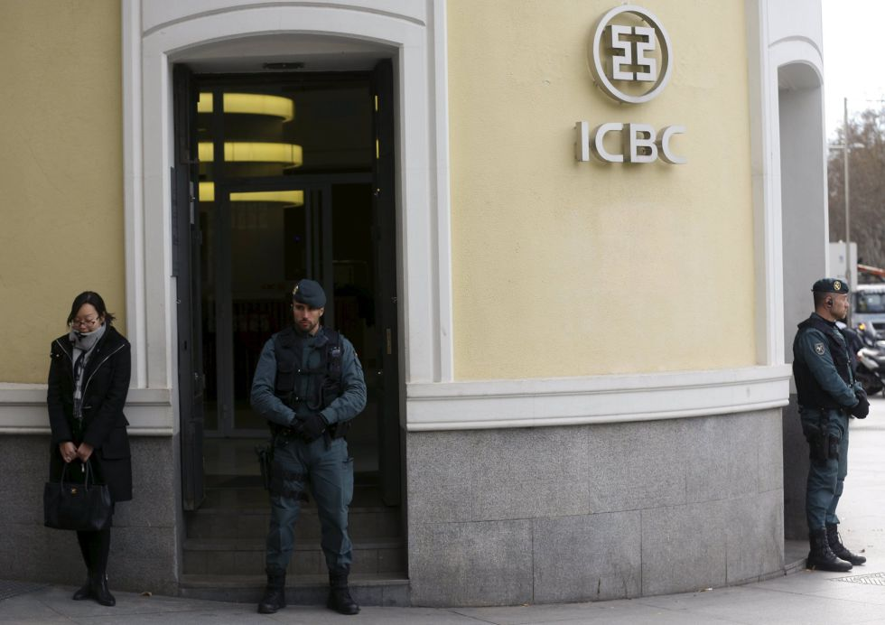 Agentes de la Guardia Civil durante el registro del ICB el miércoles