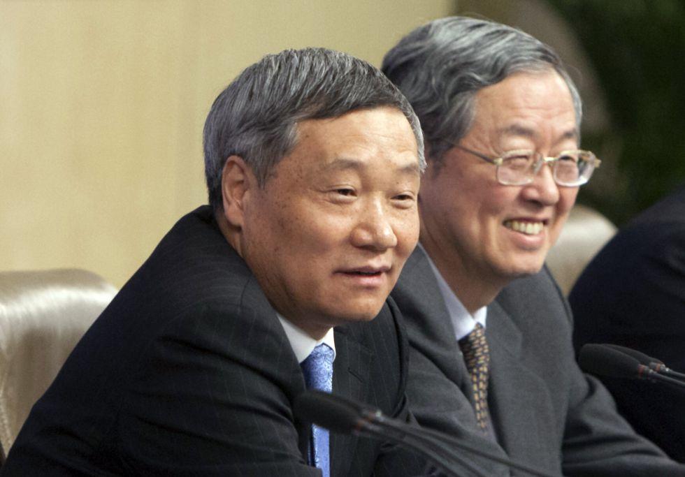 El hasta este sábado jefe de la Comisión Reguladora del Mercado de Valores de China, Xiao Gang, junto al gobernador del banco central del país, Zhou Xiaochuan.