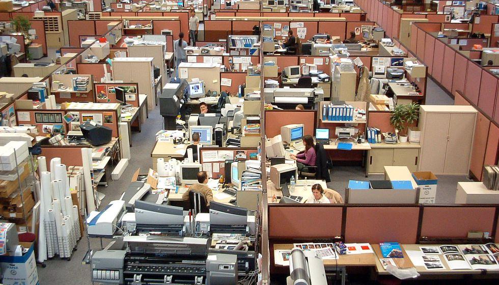 Empleados ejercen su trabajo en unas grandes oficinas