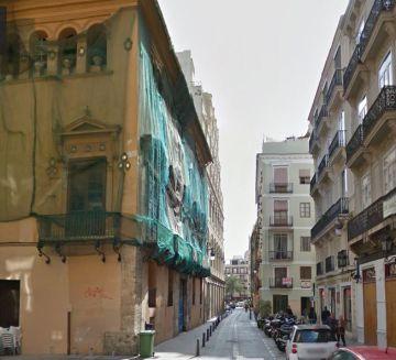 A la izquierda, el edificio adquirido por Hortensia Herrero en valencia