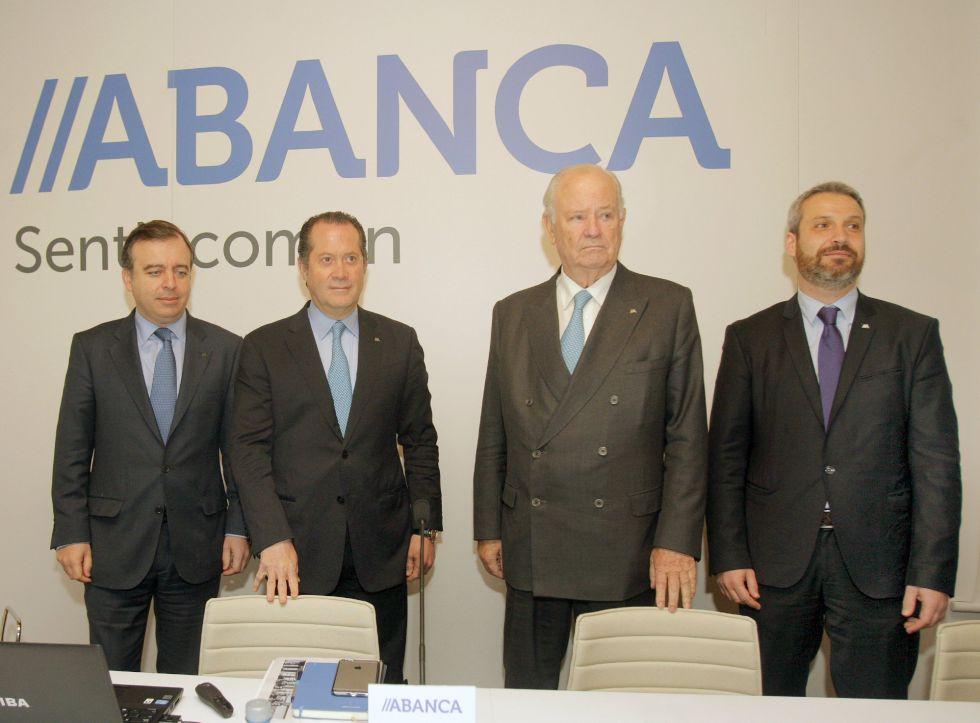 El presidente de Abanca, Javier Etcheverría (segundo a la derecha), el vicepresidente  Juan Carlos Escotet (segundo a la izquierda), el consejero delegado, Francisco Botas (izquierda), y el director general financiero, Alberto de Francisco (derecha)