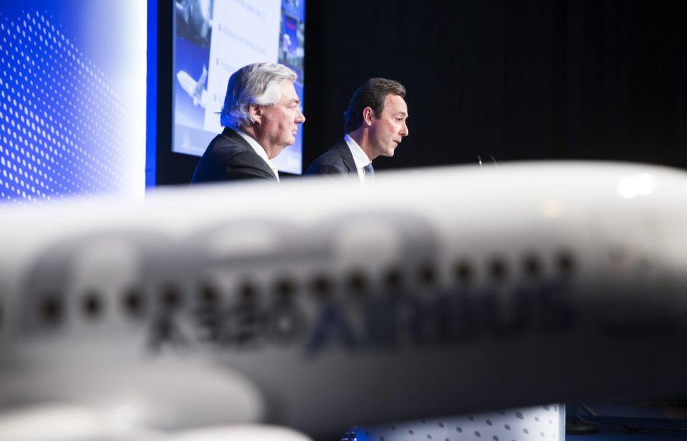 El consejero delegado de Airbus, Fabrice Bregier (dcha), y el director de Operaciones para Clientes de Airbus, John Leahy (izda).