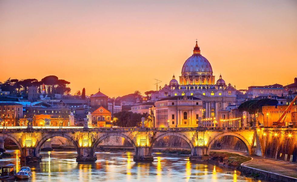 Vista del puente de Sant'Angelo, en Roma, con la Basílica de San Pedro al fondo.