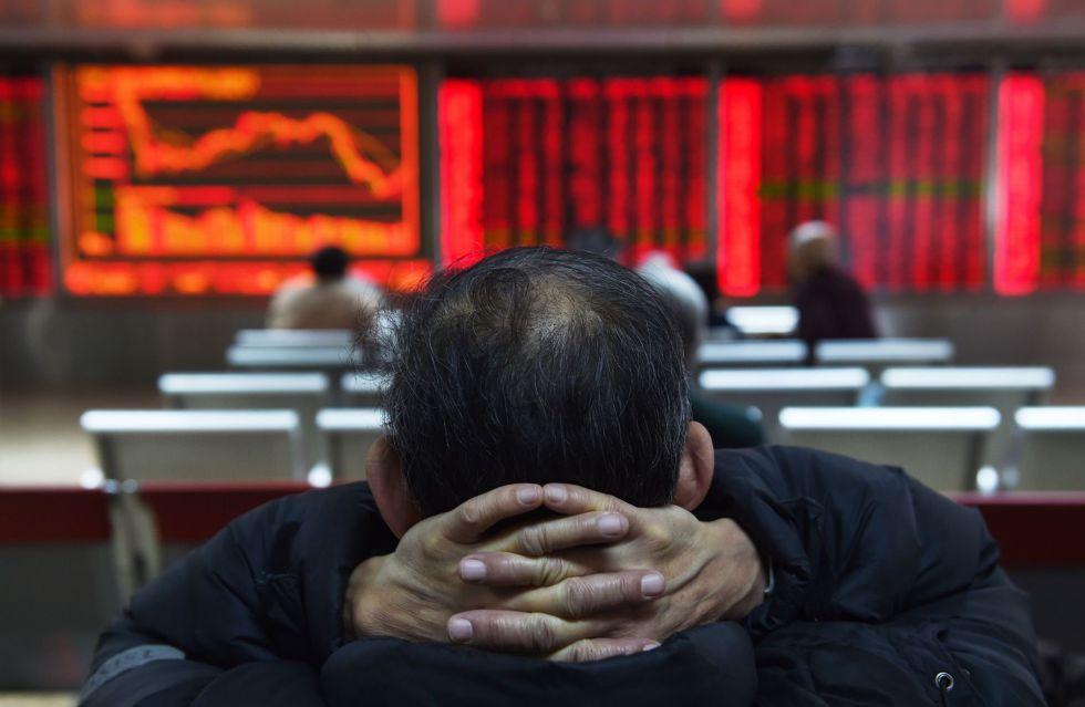 Un inversor chino observa las cotizaciones bursátiles en las pantallas de una corredora de bolsa en Pekín.rn