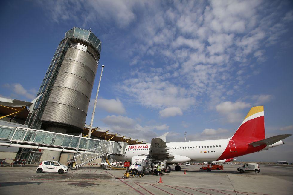 Un avión de Iberia en la Terminal 4 de Barajas