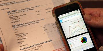 Un usuario coteja su factura eléctrica y de gas con los datos de la aplicación Fintonic.