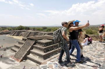 Tres turistas se hacen un selfie en las pirámides de Teotihuacán, en México.