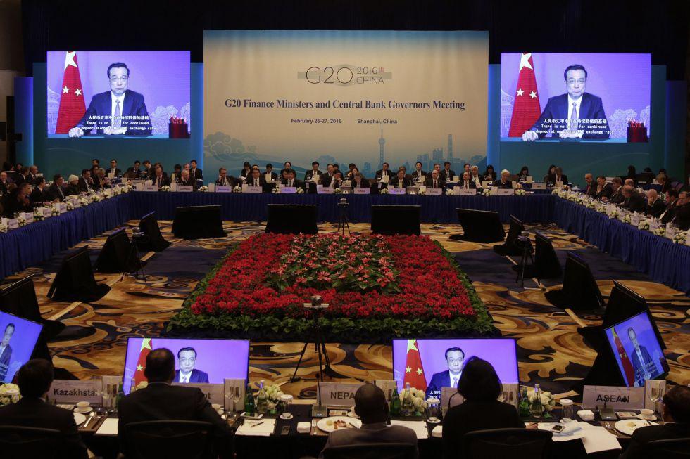 Los asistentes a la cumbre de ministros de Finanzas y gobernadores de bancos centrales de los países del G-20 en Shanghái escuchan un mensaje del primer ministro chino, Li Keqiang.