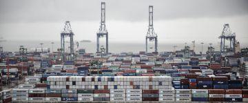 Contenedores con mercancía en el puerto de Guangzhou (China).