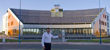 Rogelio de la Fuente, delante de las instalaciones de AEQ.