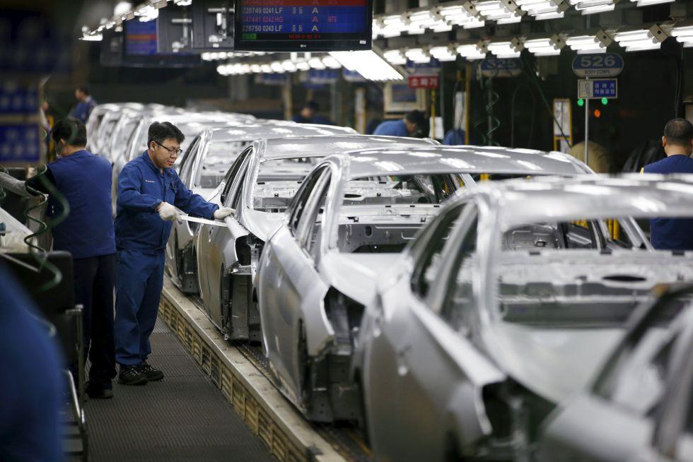 Un trabajador en una fábrica de Hyundai en Corea del Sur en febrero pasado.