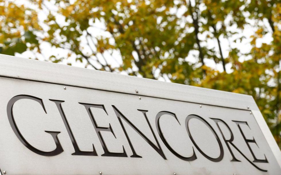 Logo de Glencore a la entrada de las oficinas centrales de la empresa en Baar (Suiza).