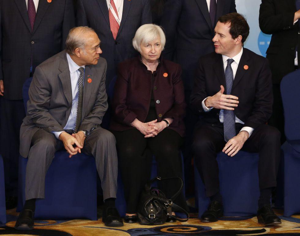 La presidenta de la Fed, Janet Yellen, entre el secretario general de la OCDE, Ángel Gurría, y el canciller del Exchequer británico, George Osborne.