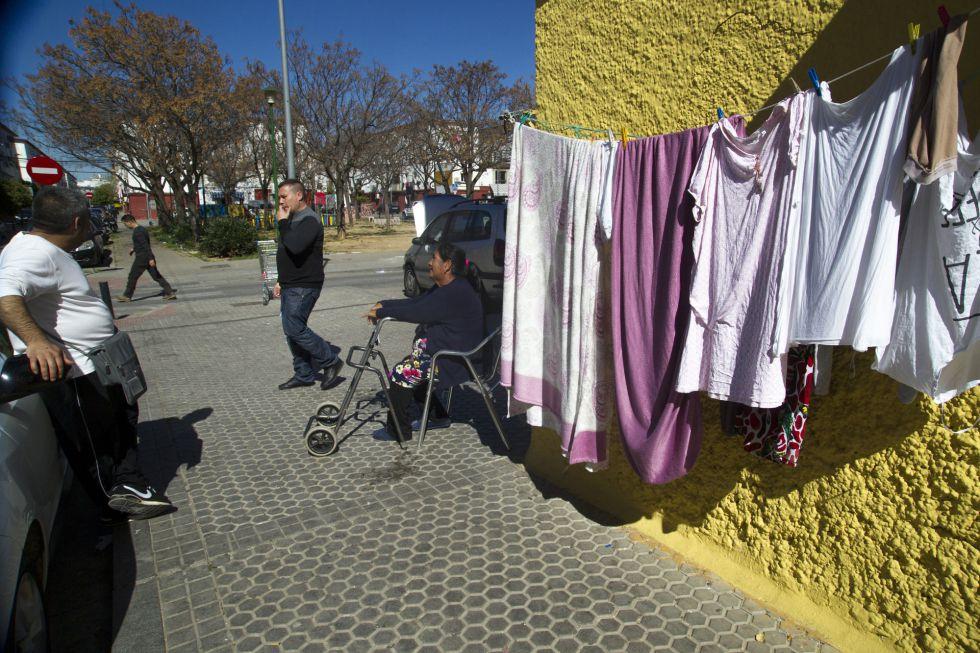 Cuatro vecinos de el barrio de 'Los Pajaritos' de Sevilla, una de las zonas de menos renta por hogar de España