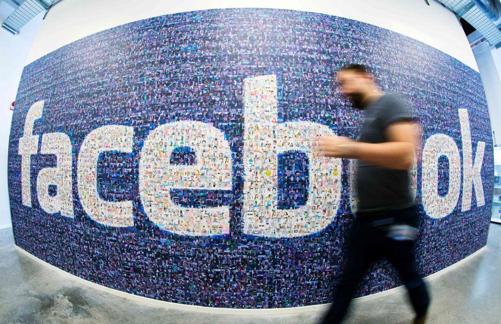 Logo de Facebook en el centro de datos de la empresa en Lulea (Suecia).