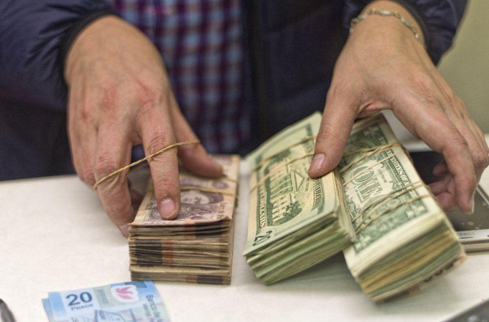 Dólares y pesos mexicanos en una casa de cambio en Texas.