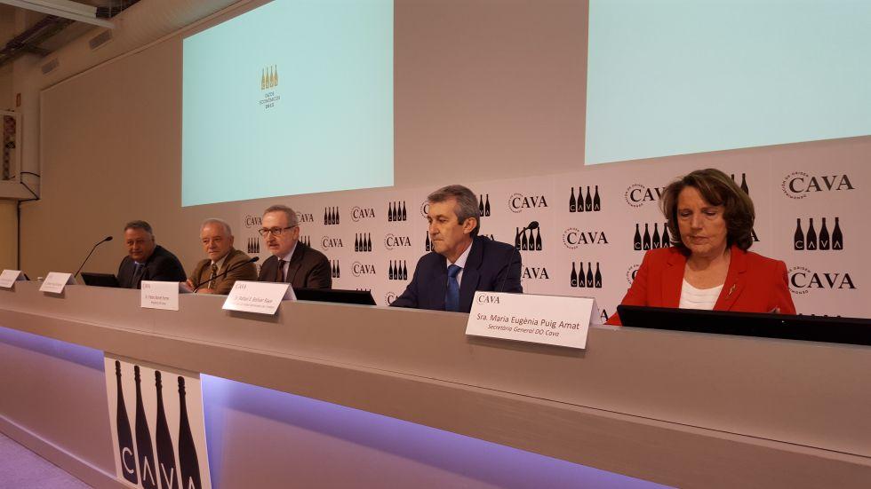 El presidente del Consejo Regulador del Cava, Pere Bonet (centro), ayer junto al resto de miembros de la entidad.