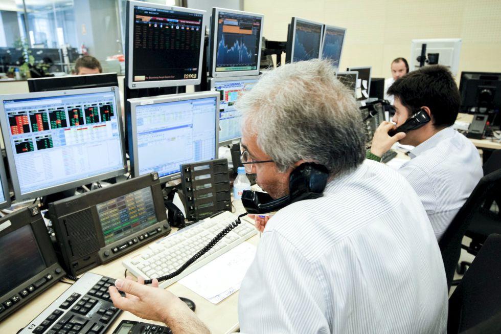 Tres agentes de Ahorro Corporación, el grupo encargado de la subasta de bonos y letras del Tesoro.