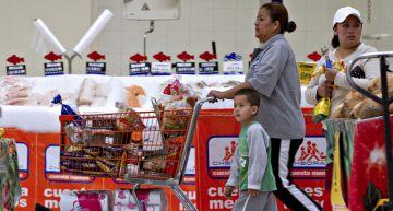Una familia compra en el centro Chedraui en México.