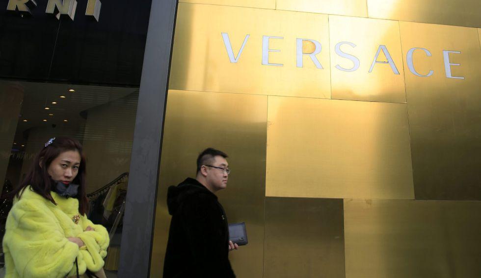 Un grupo de personas camina frente a una tienda de lujo en Pekín (China), el 25 de febrero de 2016.
