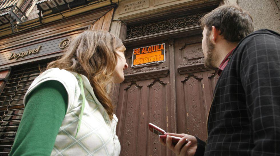 En ciudades como Madrid los que quieren alquilar un piso están obligados a pagar una mensualidad de la renta a la agencia.