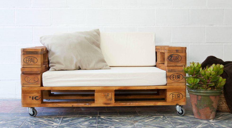 Sofá de palés lijados y barnizados por 219 euros, de ECOdECO Mobiliario.