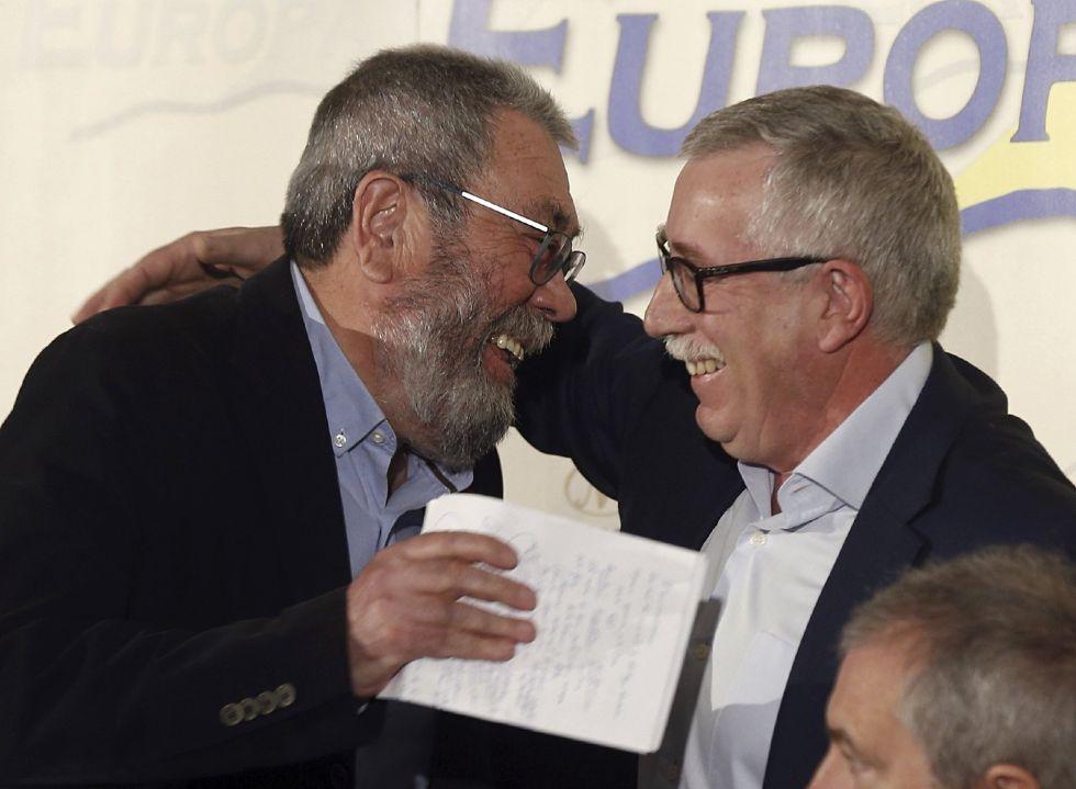 A la izquierda, el secretario general de UGT, Cándido Méndez, se abraza al líder de CC OO, Ignacio Fernández Toxo