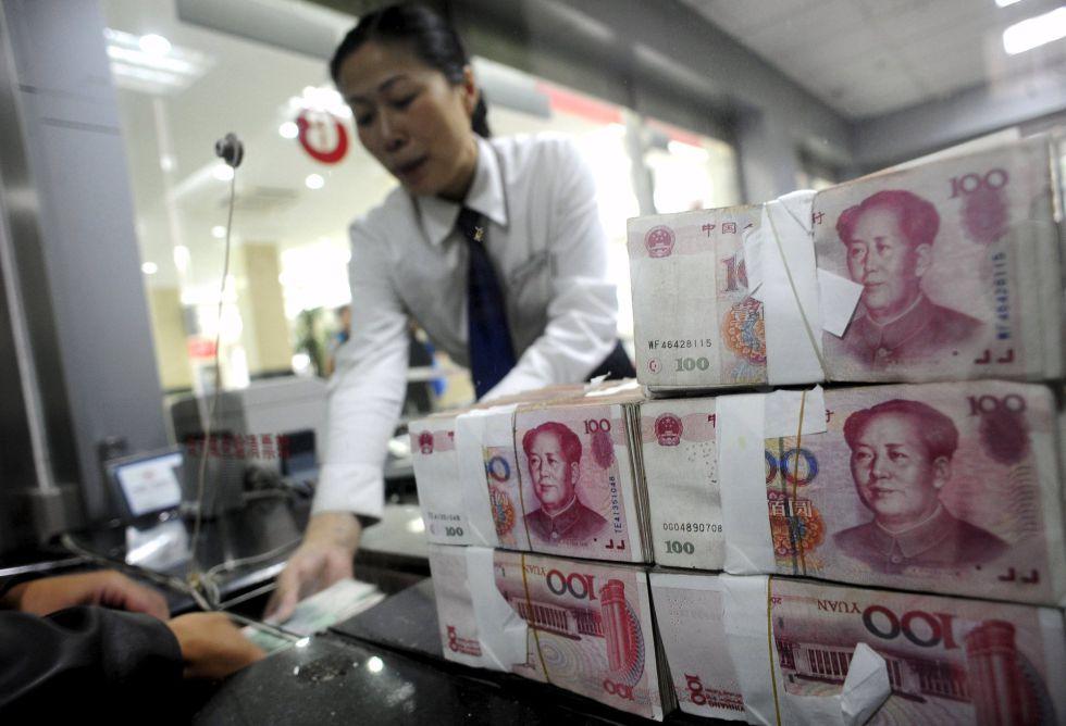 Una empleada del banco ICBC con yuanes en Hefei (China)