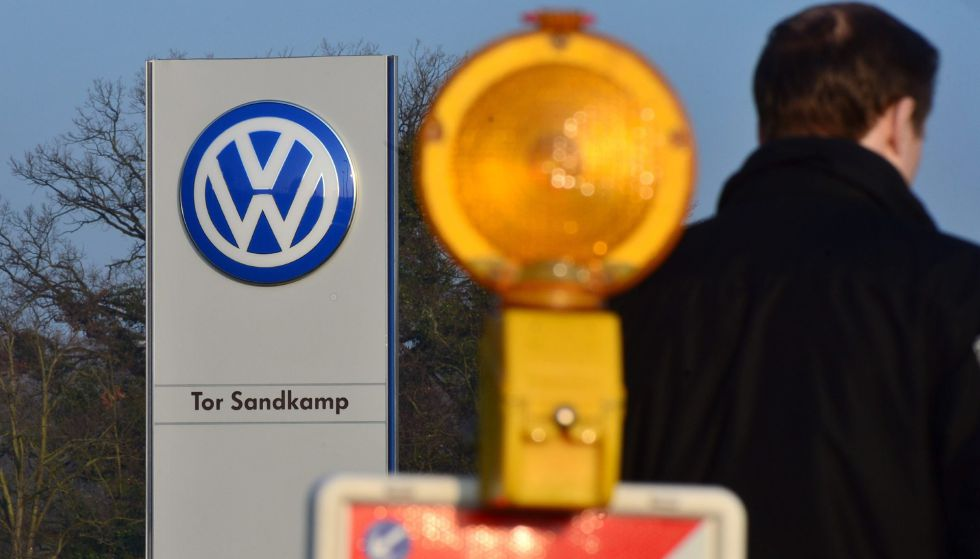 Un trabajador de Volkswagen llega a la planta de la compañía en Wolfsburg
