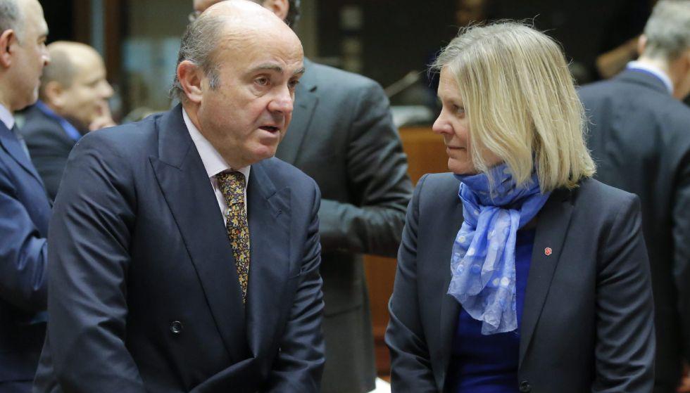 El ministro de Economía, Luis de Guindos conversa con la ministra sueca de Finanzas, Magdalena Andersson