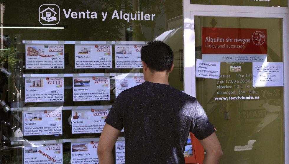 Vista de un escaparate de una inmobiliaria en Madrid, con anuncios de pisos en venta.