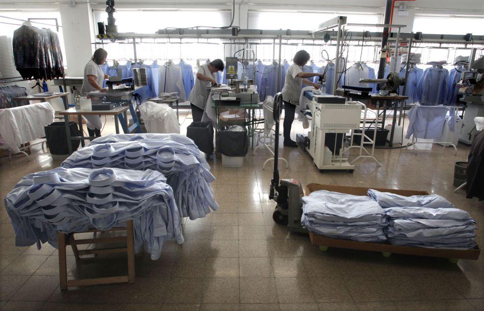 Linea de planchado de una fábrica de camisas en Madrid
