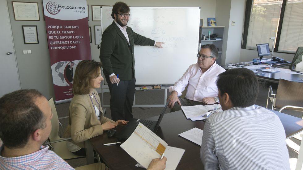 Empleados de la agencia Relocations España, con sede en Pozuelo de Alarcón (Madrid), se reúnen para organizar un traslado.