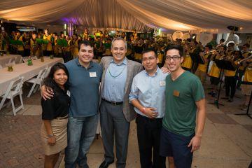 Ángel Cabrera con un grupo de estudiantes de la George Mason durante un evento.