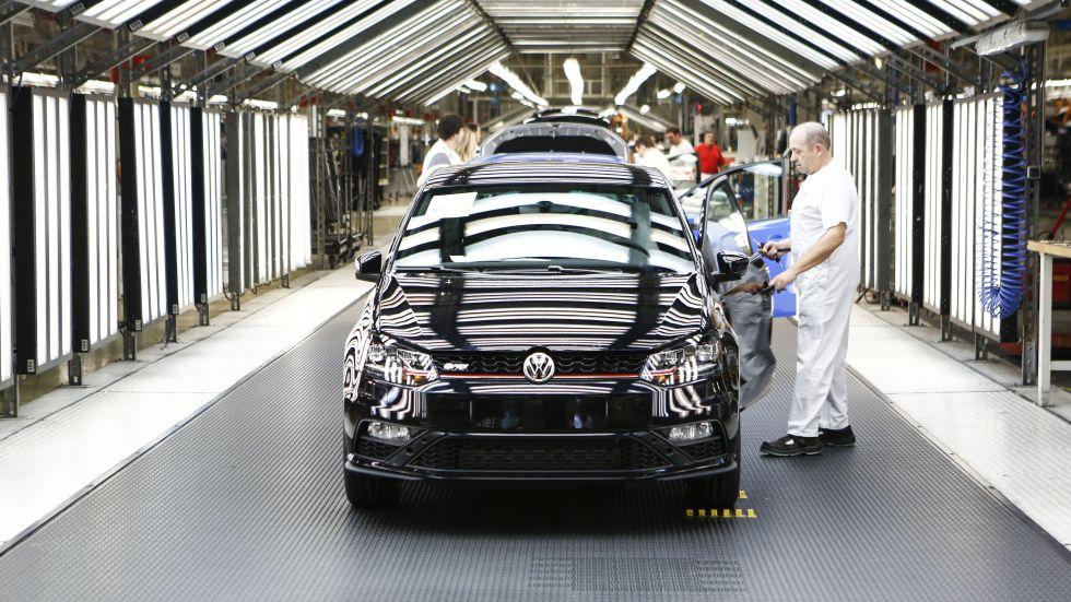 Trabajadores en la cadena de montaje de una planta de Volkswagen.